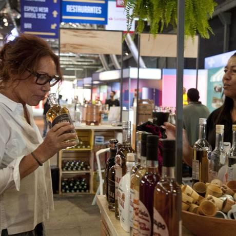Leonor Espinosa experimenta cachaças no Rio Gastronomia Foto: Adriana Lorete / Agência O Globo