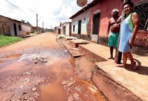 A cratera em frente à casa dos aposentados José Ribamar da Silvana e Luiza Helena de Medeiros, em Coroatá. O asfalto aplicado à rua pelo governo de Dino, na véspera das eleições municipais de 2016, foi apelidado de