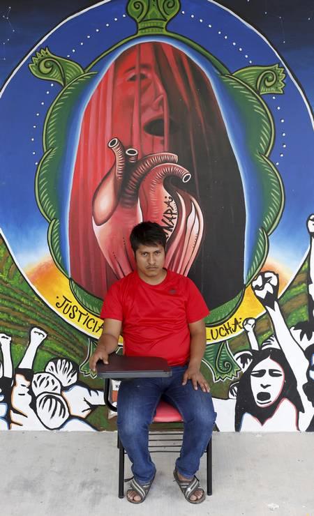 Ernestro Guerrero, 25 anos, na escola Raúl Isidros Burgos. Ele sobreviveu ao ataque no qual 43 estudantes foram levados por policiais e jamais foram vistos com vida de novo Foto: Domingos Peixoto / Agência O Globo