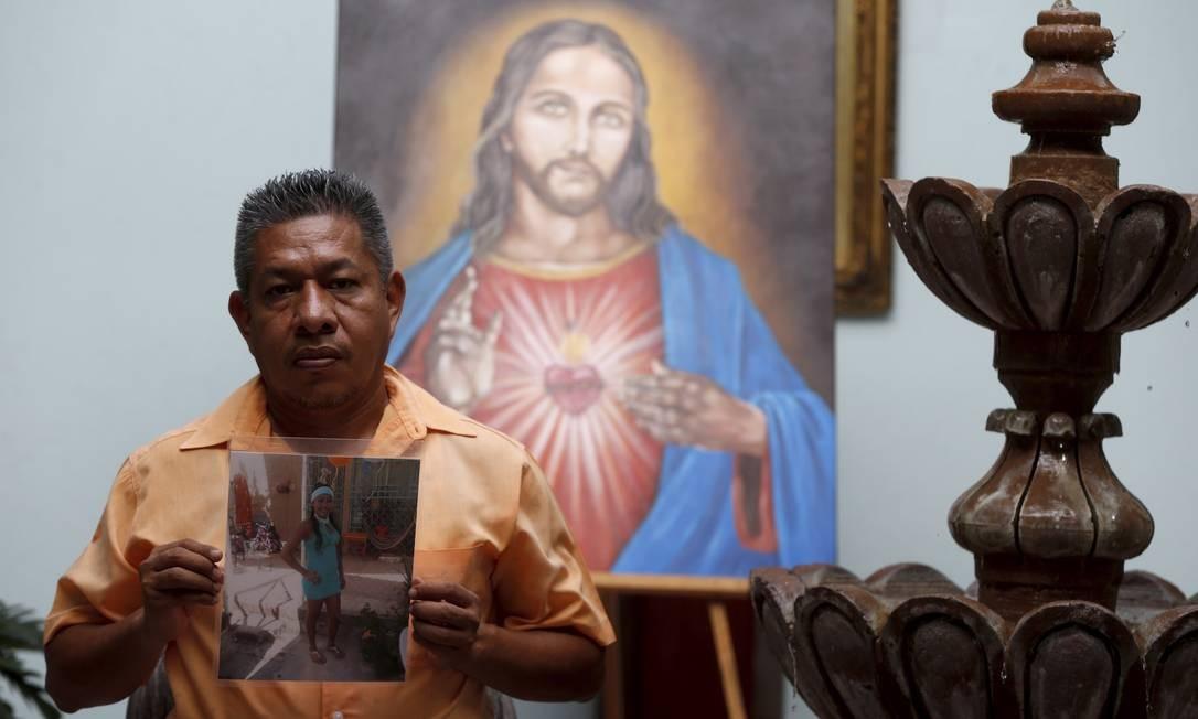 Sérgio Cevallos mostra sua filha Montserrat, 16 anos, desaparecida no dia 15/08/2015. Três meses depois, o corpo foi localizado, mas o DNA que o identificou demorou quase três anos Foto: Domingos Peixoto / Agência O Globo