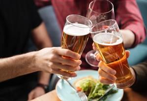 Amigos brindam com cerveja e vinho: segundo os pesquisadores, resultados mostram que não há níveis seguros para consumo de álcool Foto: Shutterstock/Dean Drobot