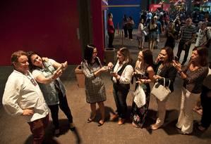 Mas a fila era para tirar fotos e tietar o chef francês, que tem vários programas na TV Foto: Adriana Lorete / Agência O Globo