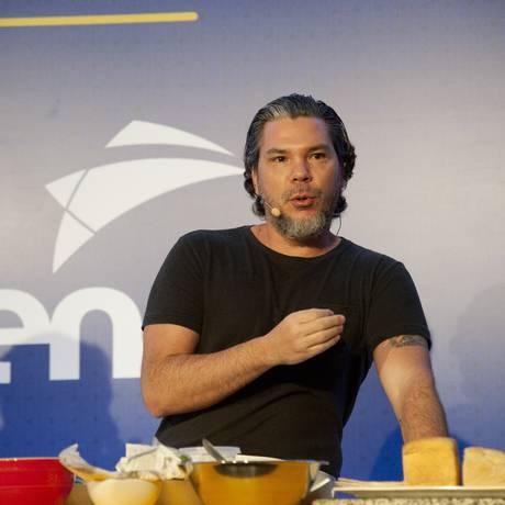 Chef Pedro de Artagão leva receitas versáteis para aula do evento Foto: Adriana Lorete / Agência O Globo