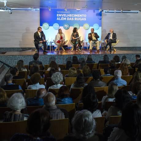 Luiz Fernando Correia, Márcia Gerbara, Ana Lúcia Azevedo, Antonio Tadeu e José Antonio Sanches na mesa