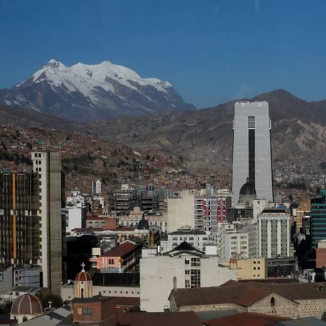 Visão da Casa Grande do Povo (ao centro, na foto), o novo palácio presidencial boliviano em La Paz, com a montanha Illimani à esquerda Foto: David Mercado / Reuters