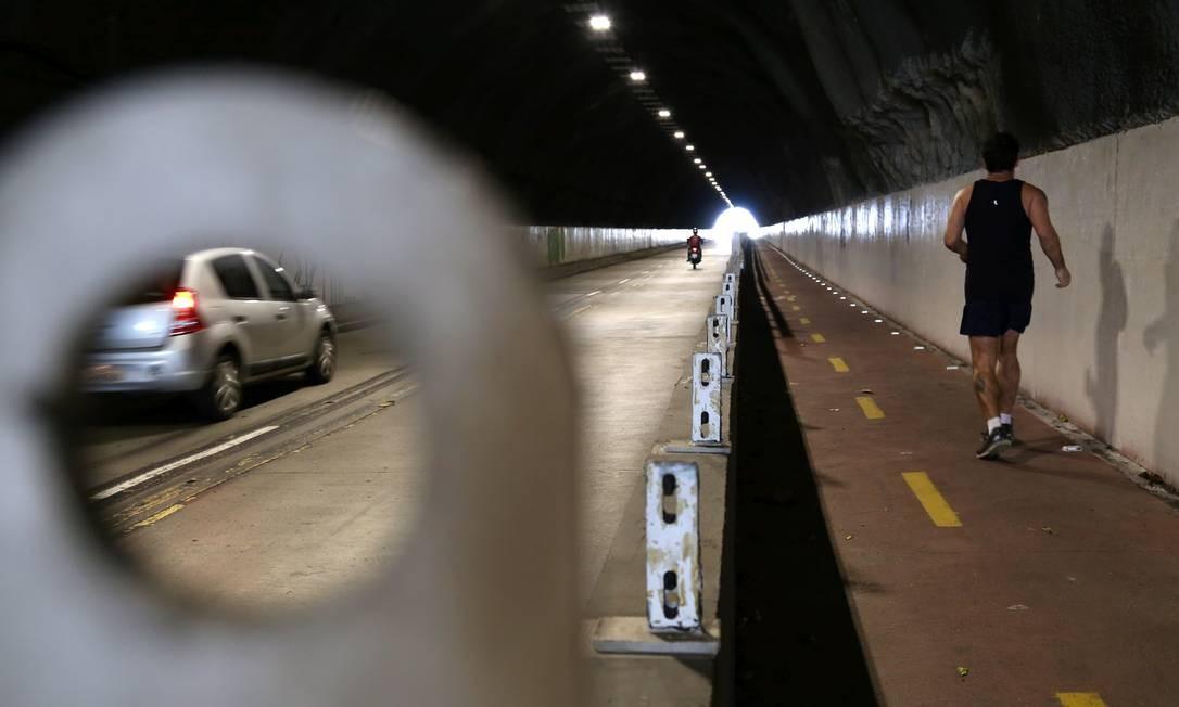 Túnel do Joá, na Barra da Tijuca inaugurado em 1971 tem os protetores da nova ciclovia roubados Custódio Coimbra / Agência O Globo