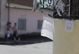 Interruptor e tomada foram instalados em poste de luz em Angra dos Reis a pedido de traficantes Foto: Antonio Scorza / Agência O Globo