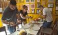 Chefs internacionais almoçam no Aconchego Carioca na Praça da Bandeira: Leonor Espinosa e seu assistente, Eduardo Solano, e o chef português Tiago Bonito com Katia Barbosa