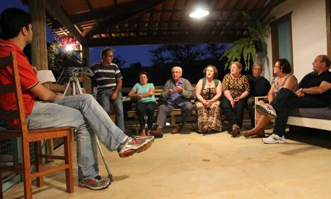 Alma do negócio: alguns autores de biografias afetivas reúnem famílias para ouvir histórias sobre o biografado Foto: Divulgação/Alex Barbosa Nunes