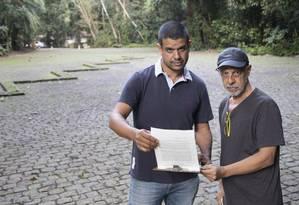 Ricardo Botelho e Luiz Carlos Mendes estão à frente de abaixo-assinado; estacionamento seria reduzido pela metade Foto: Ana Branco