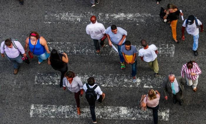 Faixa de pedestres de uma avenida no Rio Foto: Marcelo Régua / Agência O Globo