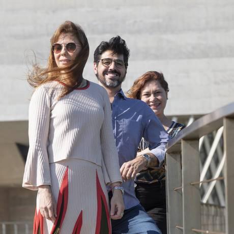 Unidos. Adriana Moura (à frente) e Julio Vicente, da direção da associação, e a voluntária Claudia Viguin. Foto: Ana Branco / Ana Branco