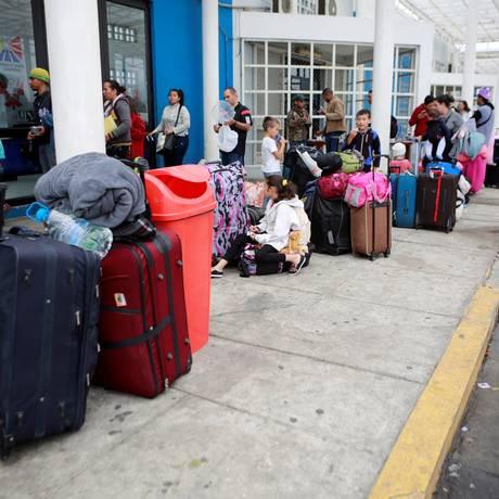 Migrantes venezuelanos aguardam na fronteira entre Equador e Peru: exigência de passporte dificultava entrada de cidadãos que fugiam da Venezuela Foto: DOUGLAS JUAREZ / REUTERS