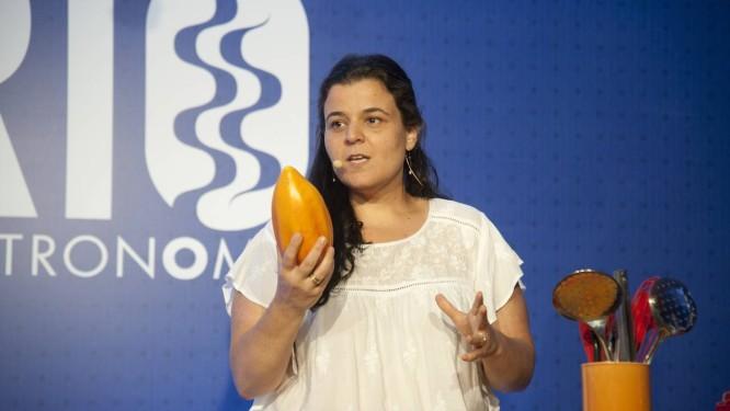 Samantha Aquim surpreendeu a plateia do Rio Gastronomia com curiosidades e fatos sobre a origem da iguaria Foto: Adriana Lorete / Agência O Globo