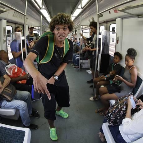Carlos Cardoso, o MC Estudante, tem 21 anos. Morador de Padre Miguel, o jovem rapper já conquistou 5 vezes a batalha do conhecimento Foto: Gustavo Miranda / Agência O Globo