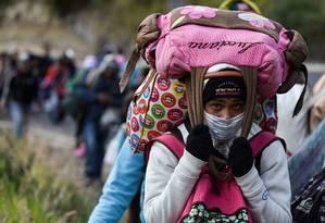 Imigrante venezuela que se dirige a pé para o Peru caminha na Rodovia Panamericana em Tulcán, no Equador, depois de atravessar a Colômbia; ONU estima que até 2,3 milhões de pessoas deixaram a Venezuela desde 2015 Foto: LUIS ROBAYO / AFP/ 21-8-2018
