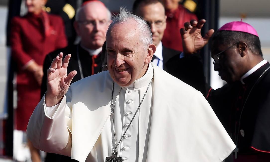 O Papa Francisco acena para fiéis na sua chegada no aeroporto internacional de Dublin neste sábado Foto: Getty Images/CHARLES MCQUILLAN