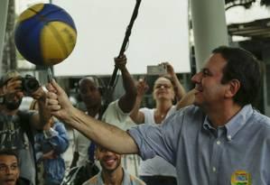 Eduardo Paes (DEM) se encontra lideranças jovens de comunidades no Circo Voador, Lapa Foto: Gabriel de Paiva / Agência O Globo
