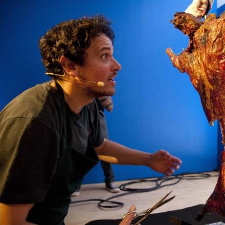 Público do Rio Gastronomia experimenta o famoso cordeiro inverso do chef Rodolfo Guzmán Foto: Adriana Lorete / Agência O Globo