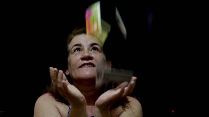 Regina Mendes tem seis cartões de loja por causa dos descontos Foto: Marcelo Theobald / Agência O Globo