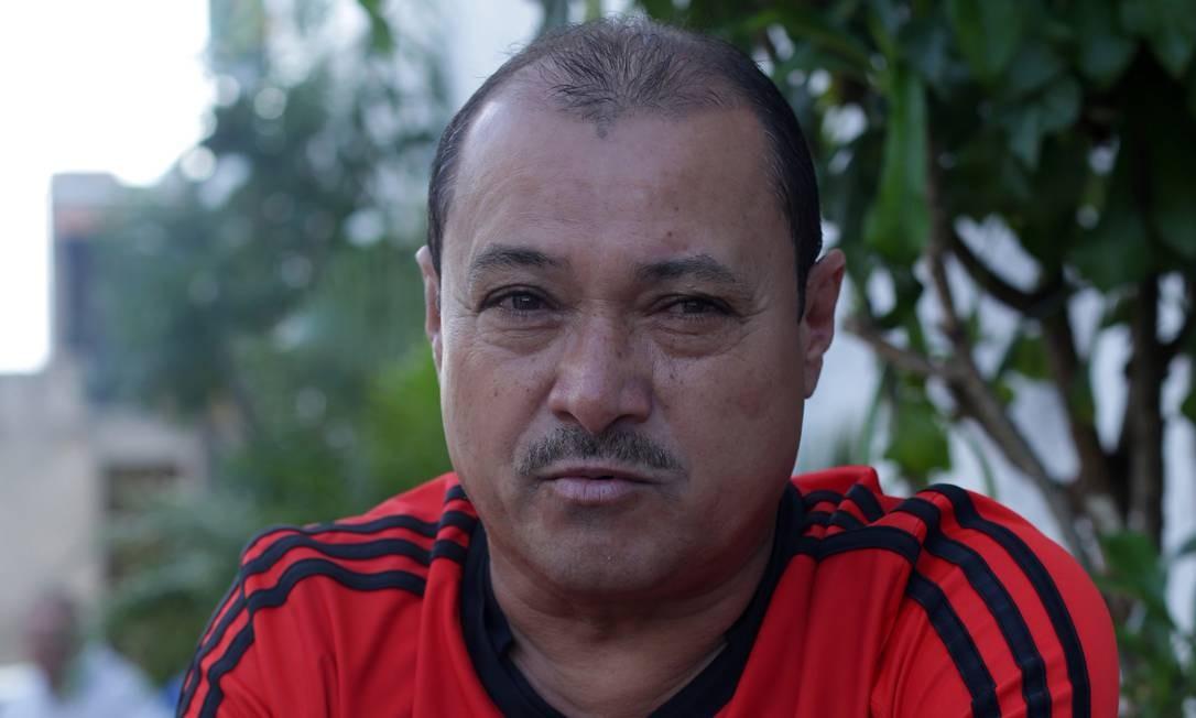 """Manoel Ribeiro, 53 anos, aluga imóveis em favela de Salvador e não completou o fundamental: """"Ainda não sei em quem vou votar. Tem que pensar bem. Vou deixar para decidir quando estiver faltando uma semana, 15 dias. Votaria no Lula se ele fosse solto. Em preso, eu não voto. Se está preso, é porque tem alguma culpa. Coisas que eu não tinha consegui (comprar) no governo dele, como uma TV, que paguei parcelada. Cheguei a ter um mercado, mas hoje não vale a pena e alugo o terreno. Não conheço os outros (candidatos). Vou assistir aos jornais na TV para me informar."""" Foto: Marcio Lima / Agência O Globo"""