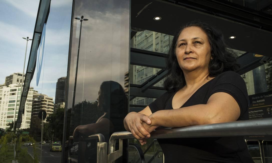 """Rute Souza, 50 anos, doméstica no Rio. Ela gasta até cinco horas em transporte e quer soluções para o setor: """"Não voto nulo, nem em branco. Mas ainda não parei para olhar os candidatos. Não pretendo votar naqueles que vêm de antes. Na última eleição votei na Dilma. Na anterior, nem lembro em quem. Nunca votei no Lula. Já votei até no Enéas. Uma pena que ele morreu. Já votei no Fernando Henrique uma vez. Se o Lula disputasse, eu não votaria. A Dilma foi um erro, não adiantou nada. Não conheço esse Fernando (Haddad). Não adianta mudar o candidato se o partido é o mesmo."""" Foto: Guito Moreto / Agência O Globo"""