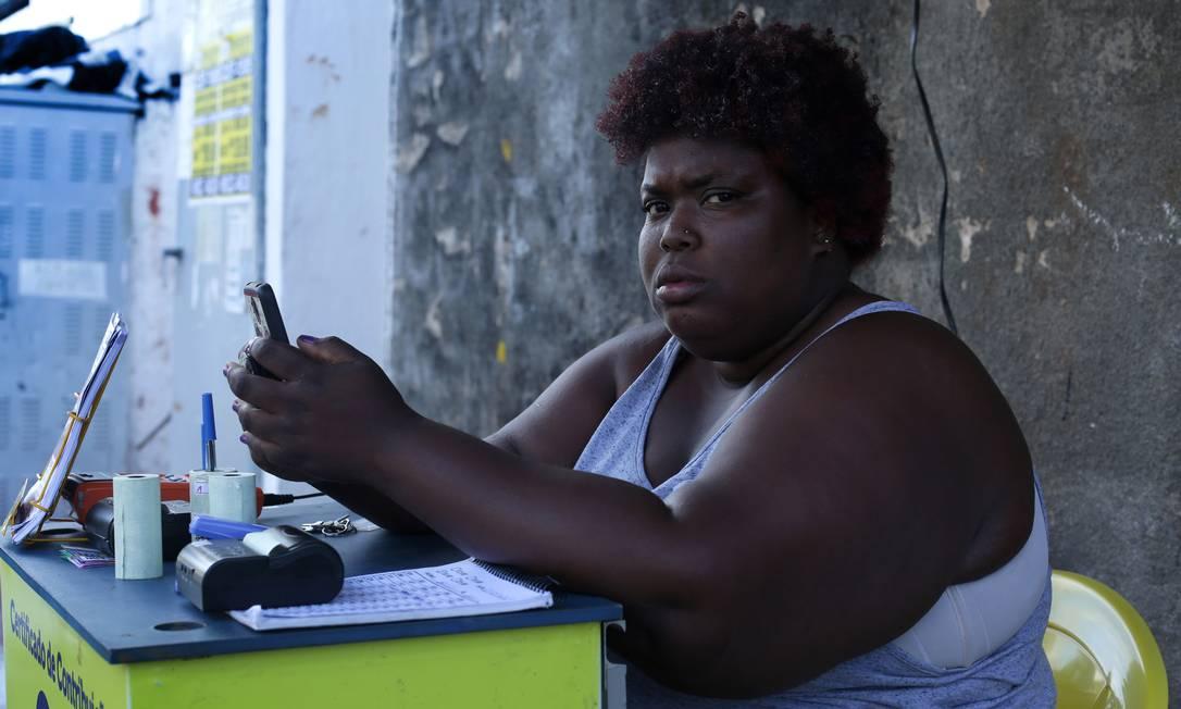 """Carla da Silva Santos, 28 anos, Salvador. Vende loterias e ganha cerca de R$ 400 por mês: """"Se não tiver o Lula, eu não vou votar em ninguém. Se ele está preso é porque fez alguma coisa errada. Mas era melhor com ele. Consegui comprar uma TV de plasma. Antes, pobre não tinha essas coisas. Agora está tudo muito ruim. Não tem emprego. A saúde está péssima. Fui acompanhar um tio meu que estava com dor de barriga e tivemos que passar por cinco UPAs para ele ser atendido. Conheço a Marina, mas minha mãe fala que tem uns problemas com ela. Os outros não conheço."""" Foto: Márcio Lima / Agência O Globo"""