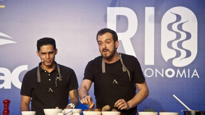 O chef Lucio Vieira, do Lilia, falou sobre o aproveitamento máximo dos ingredientes Foto: Adriana Lorete / Agência O Globo