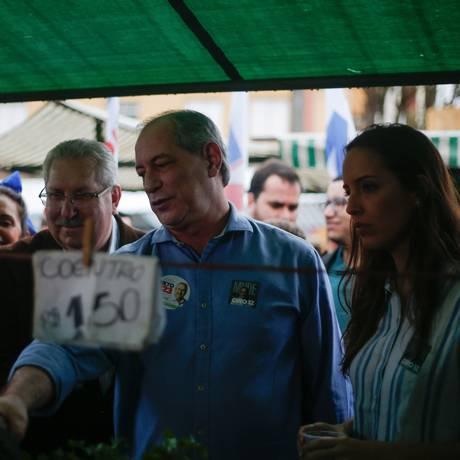 O candidato à Presidência Ciro Gomes (PDT) e sua mulher Giselle Bezerra fazem campanha em feira livre na Zona Leste de São Paulo Foto: Marcos Alves / Agência O Globo