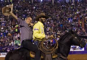 O candidato à Presidência Jair Bolsonaro (PSL) monta num cavalo durante a festa do Peão de Barretos Foto: Edilson Dantas / Agência O Globo