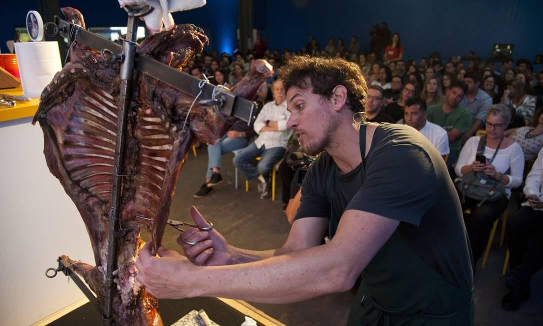 E o público provou lascas da delícia preparada pelo chef chileno Foto: Adriana Lorete / Agência O Globo