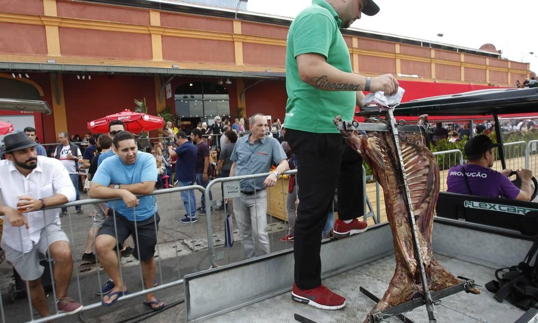 A equipe precisava manter a peça aquecida para não endurecer Foto: Nelson Perez/Luminapress / Agência O Globo