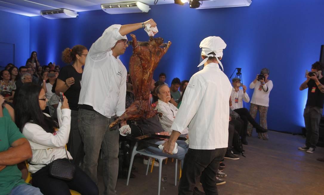 Mesmo com os obstáculos, a carne chegou intacta ao Auditório Senac Foto: Nelson Perez/Luminapress / Agência O Globo