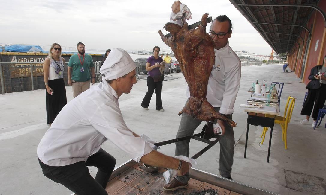 Depois de mais de nove horas na brasa, a carne foi levada da varanda do Píer Mauá para o Auditório Senac Foto: Nelson Perez/Luminapress / Agência O Globo