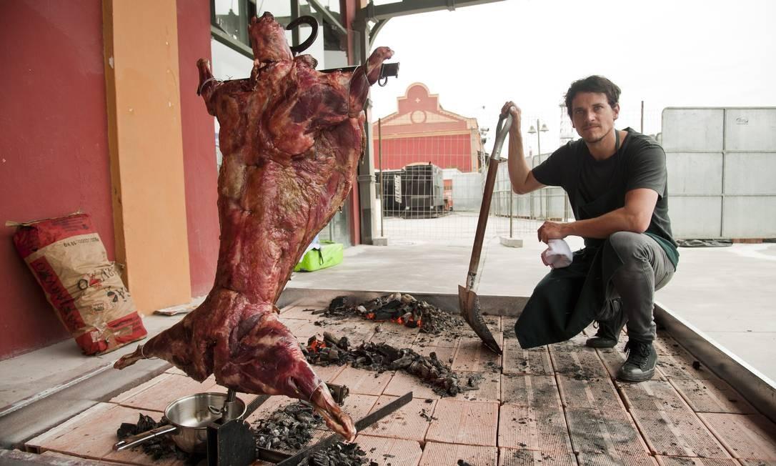 Um esquema especial foi montado pela produção do Rio Gastronomia transportar o cordeiro inverso, preparado pelo chef chileno Rodolfo Guzmán Foto: Adriana Lorete / Agência O Globo