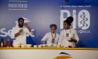 Chef João Diamante ensina receita com jovens do Cozinheiros do Amanhã Foto: Adriana Lorete / Agência O Globo
