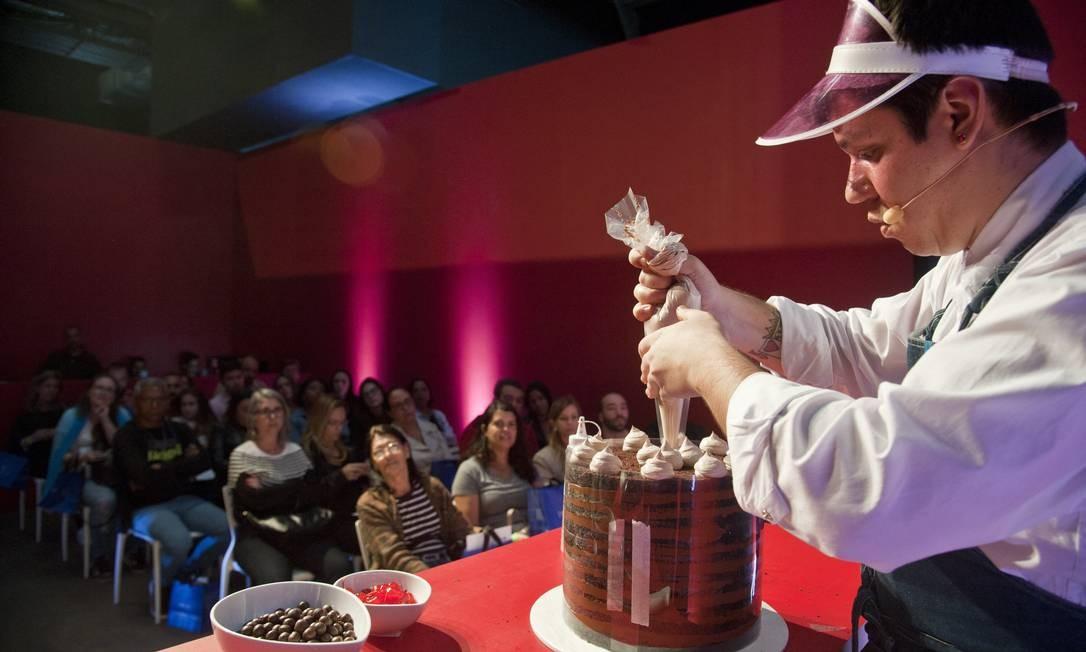 No último dia do evnto, Felipe Appia, do Nolita, ensinou a fazer um bolo de 20 camadas. Sorte de quem estava no audiório Foto: Adriana Lorete / Agência O Globo