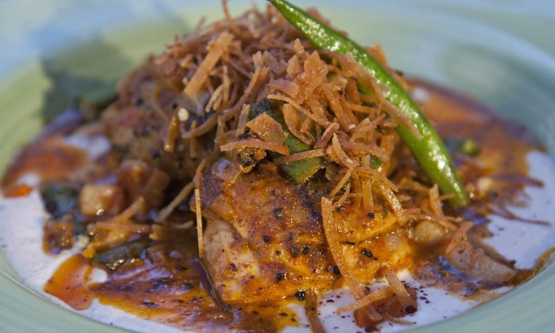 A comida de panela escolhida por Claude Troisgros e o youtuber Mohamad Hindi foi frango com quiabo Foto: Agência O Globo