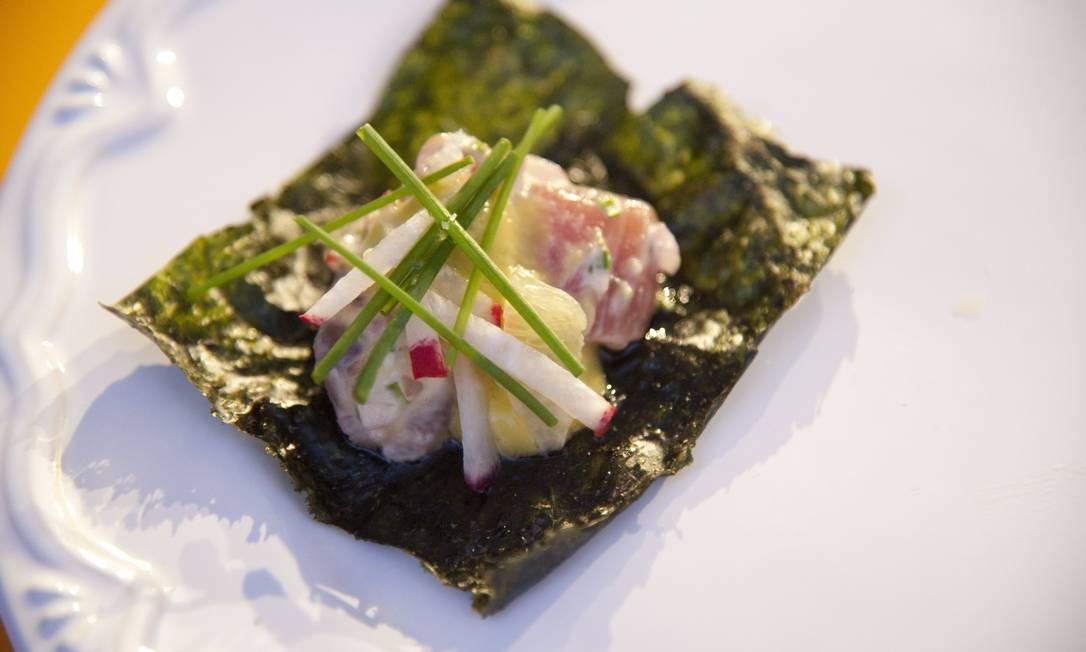 O tartare de atum foi uma das receitas da aula 'Bocado: comida para comer com a mão', com Pedro de Artagão, do Irajá Foto: Adriana Lorete / Agência O Globo