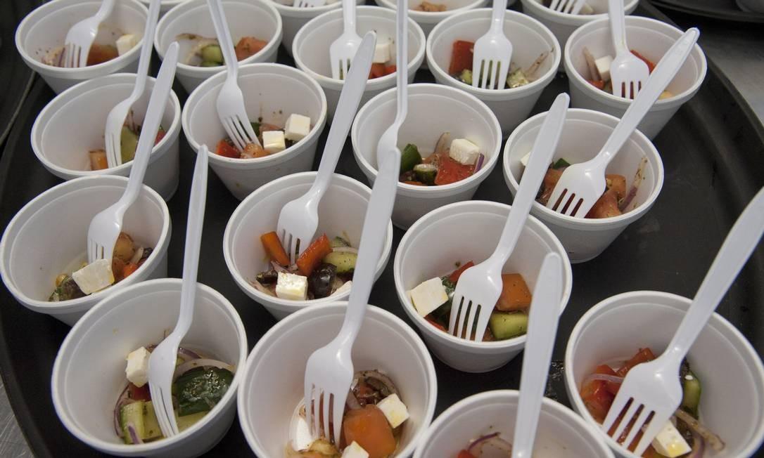 A salada grega, do Oia, foi a receita dada por Elia Schramm na aula 'Sabores gregos' Foto: Adriana Lorete / Agência O Globo