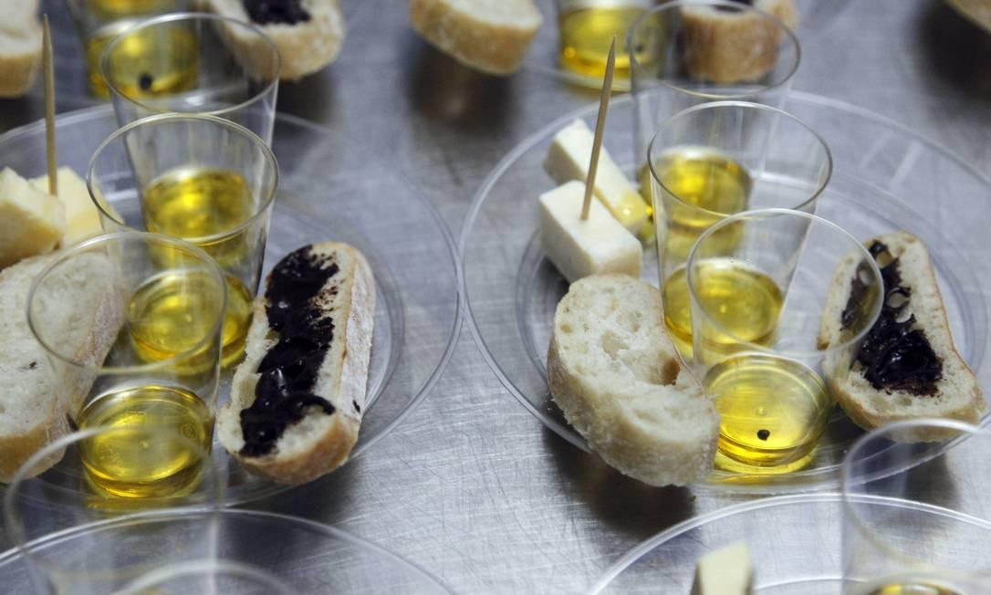 O especialista em azeites, Marcelo Scofano, mostrou diferentes harmonizações na aula Foto: Nelson Perez/Luminapress / Agência O Globo