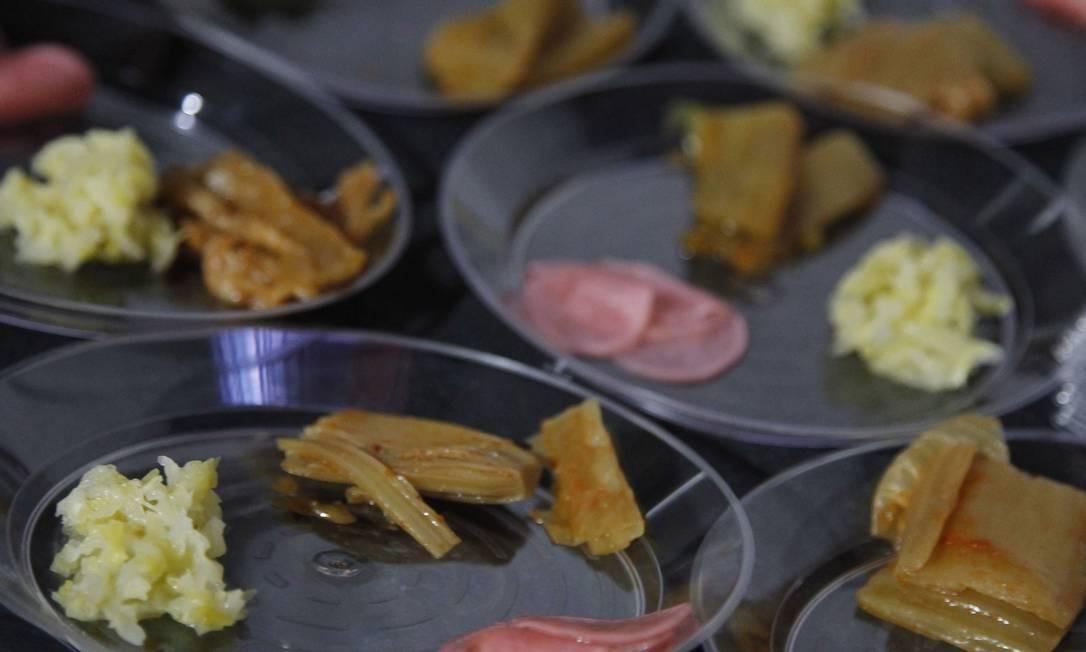 Bruno Kantz, do Nosso, ensinou a receita do kimchi na aula 'Só fermentados' Foto: Nelson Perez/Luminapress / Agência O Globo