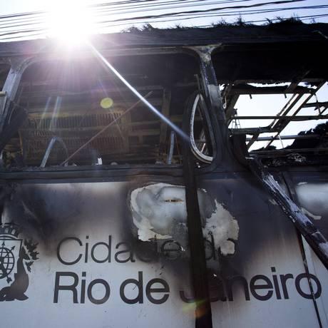 Ônibus incendiado na Linha Amarela, após operação no Alemão: 94 sofreram perda total em 1997 Foto: Márcia Foletto / Agência O Globo
