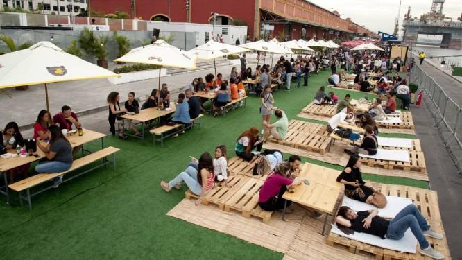 O espaço ao ar livre, de frente para a Baía, foi disputado pelos visitantes, principalmente para aproveitar a happy hour Foto: Adriana Lorete / Agência O Globo