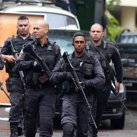 Policiais militares durante operação no Dona Marta. Foi o terceiro dia seguido de tiroteios na comunidade Foto: Fabiano Rocha / Agência O Globo