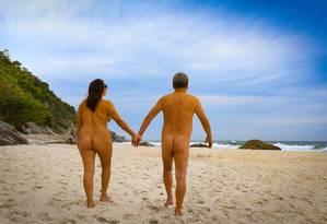 Naturistas caminham par ao mar na Praia do Abricó Foto: Roberto Moreyra / Agência O Globo