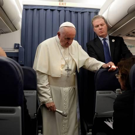 Papa Franciso durante entrevista coletivo em voo de volta para Roma após viagem à Irlanda Foto: Gregorio Borgia/Pool / REUTERS