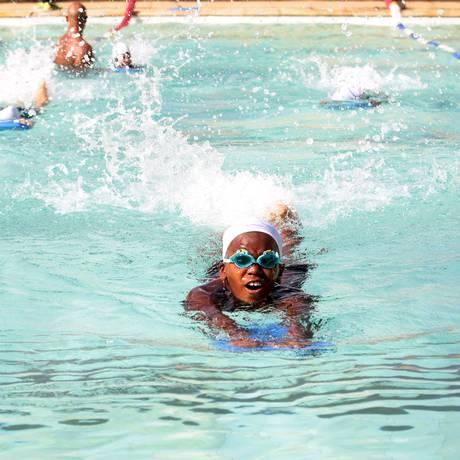 Crianças do projeto Nadadores do Futuro, iniciativa do Sesi que desperta o gosto pelo esporte nos pequenos Foto: Thiago Freitas / Agência O Globo