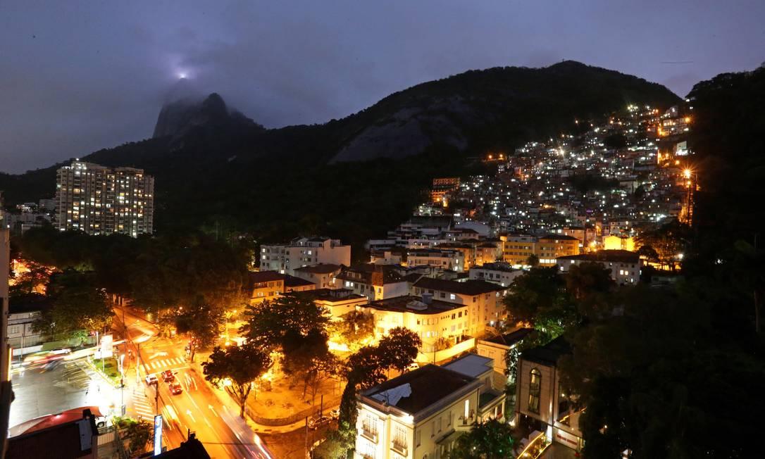Com tiroteios diários, Dona Marta é símbolo do auge e da decadência das UPPs Foto: Marcio Alves / Agência O Globo