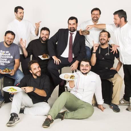Jorge Passarelli rodeado pelos chefs e clientes Foto: Bárbara Lopes / Agência O Globo